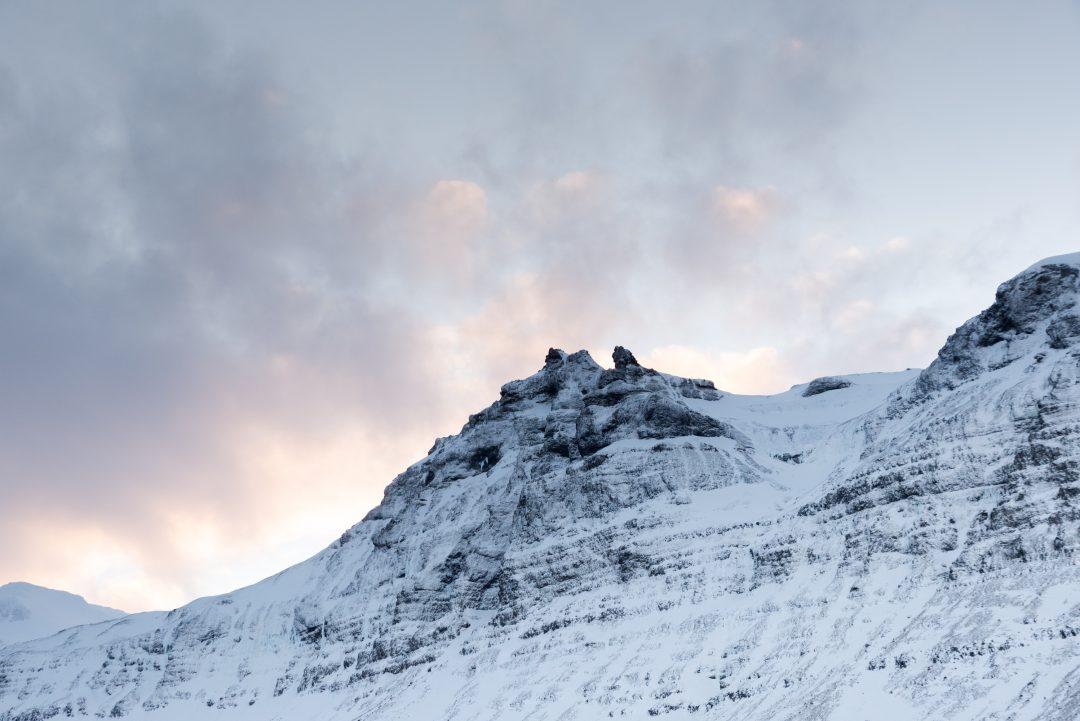 Lumière sur les montagnes islandaises