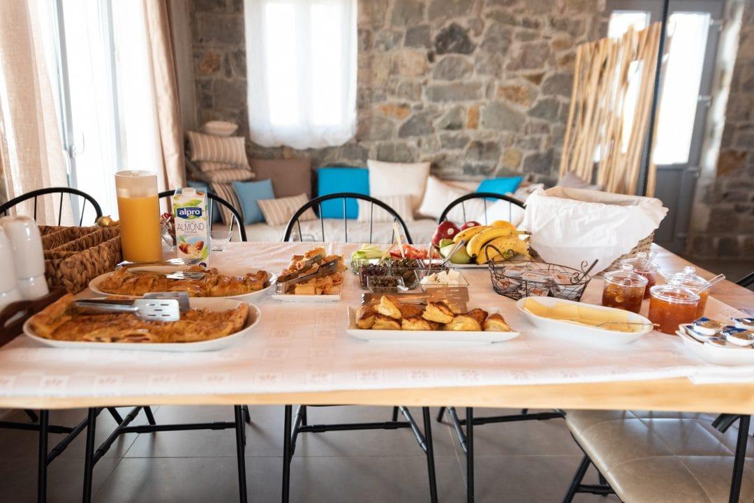 Petit-déjeuner à Lithos Luxury Rooms