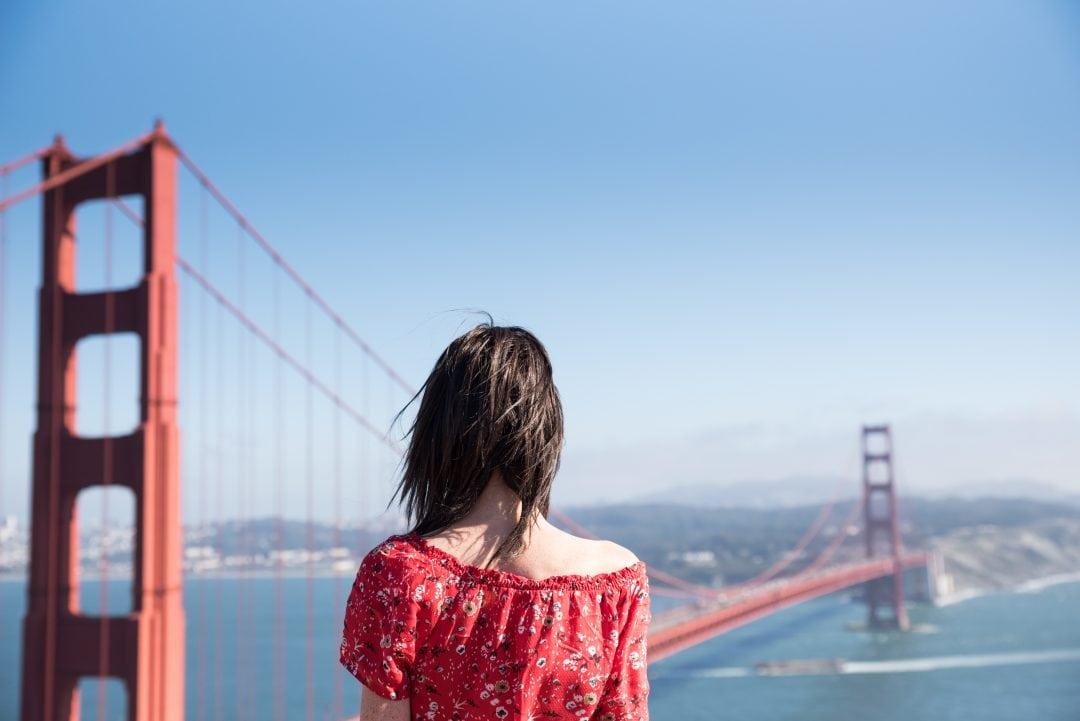 Lucie devant le Golden Gate Bridge à San Francisco