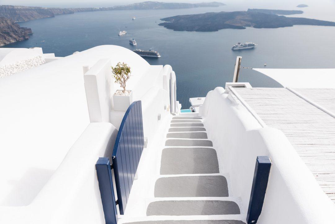 escaliers plongeant dans la mer santorin