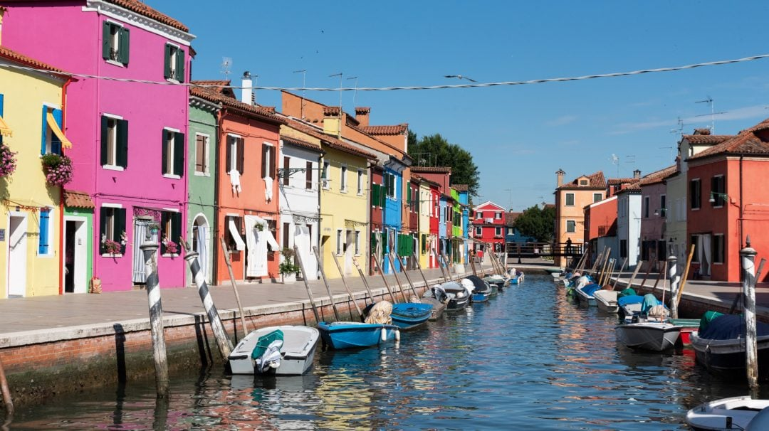 Bateaux devant les maisons colorées à Burano