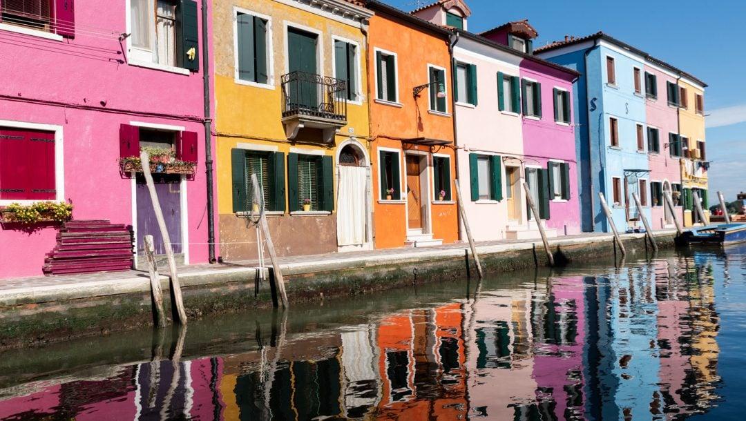Canal bordé de maisons colorées à Burano