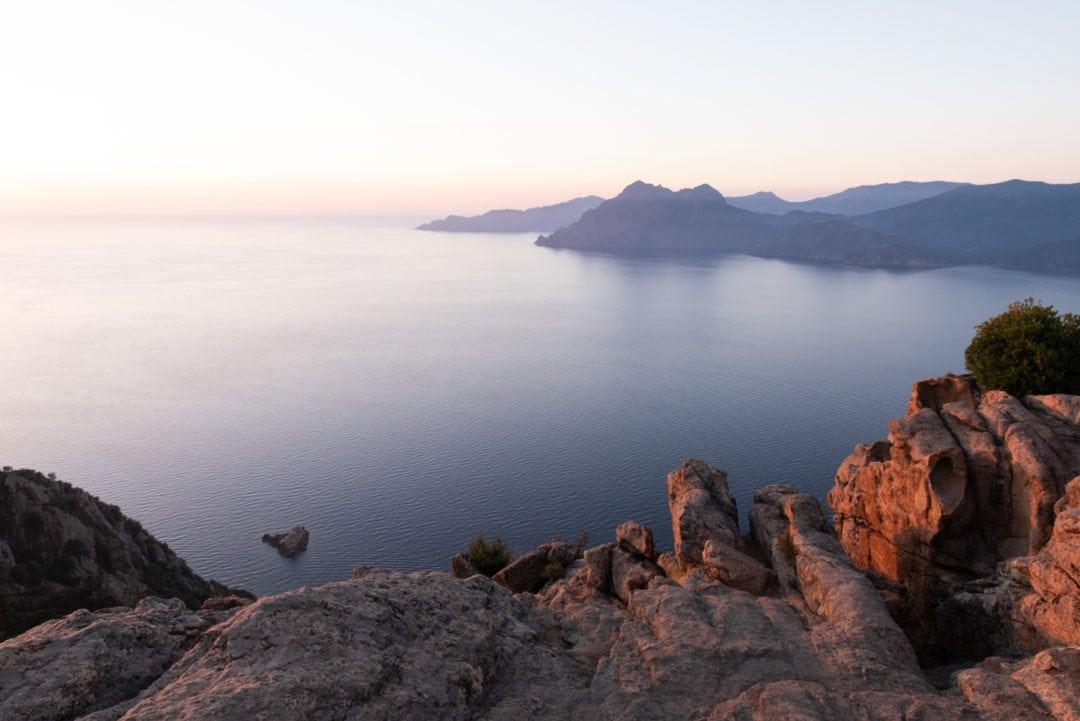 coucher-de-soleil-sur-le-golf-de-porto-et-la-reserve-de-scandola