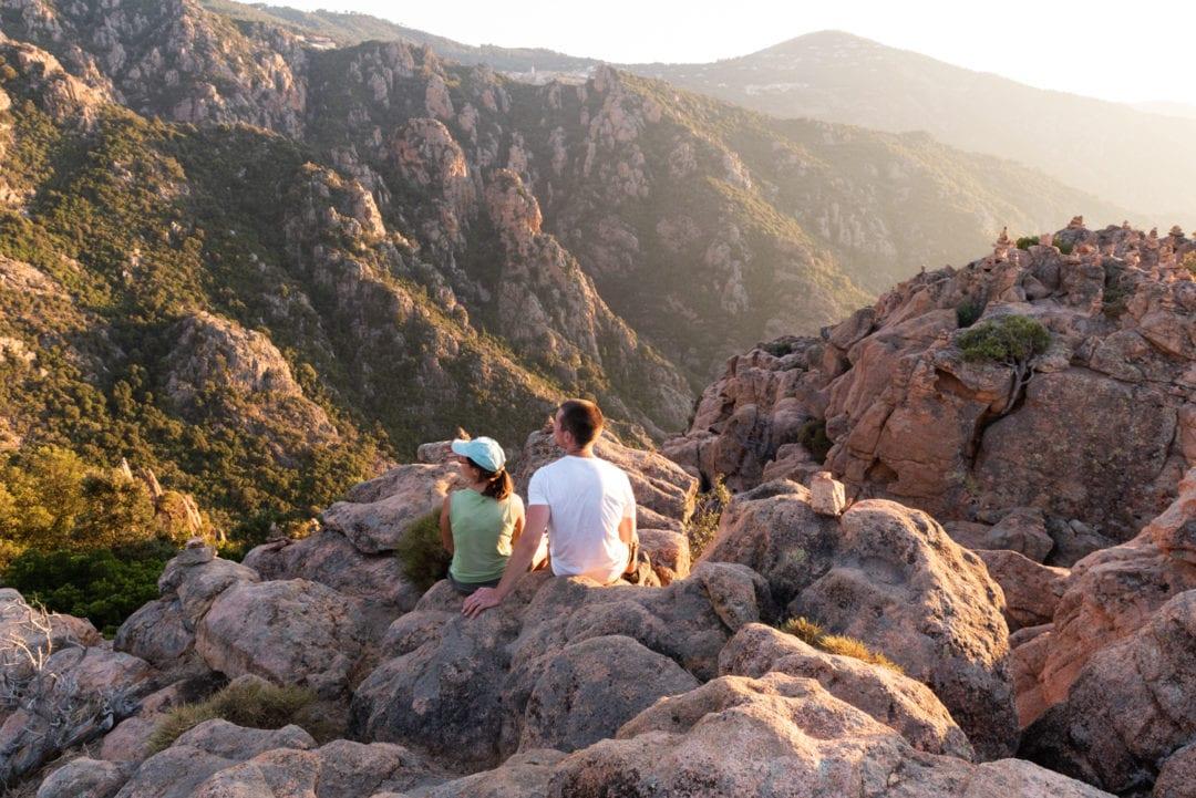 randonneurs-admirant-le-coucher-de-soleil-depuis-les-falaises-de-piana