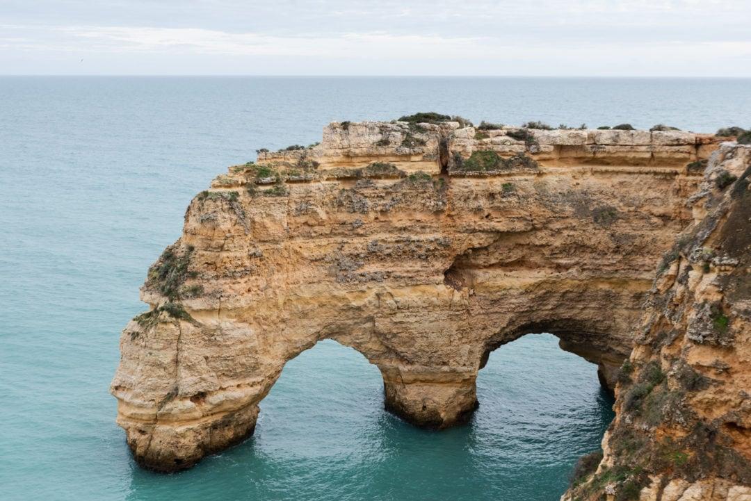 vue sur les arches de la Praia di Marinha