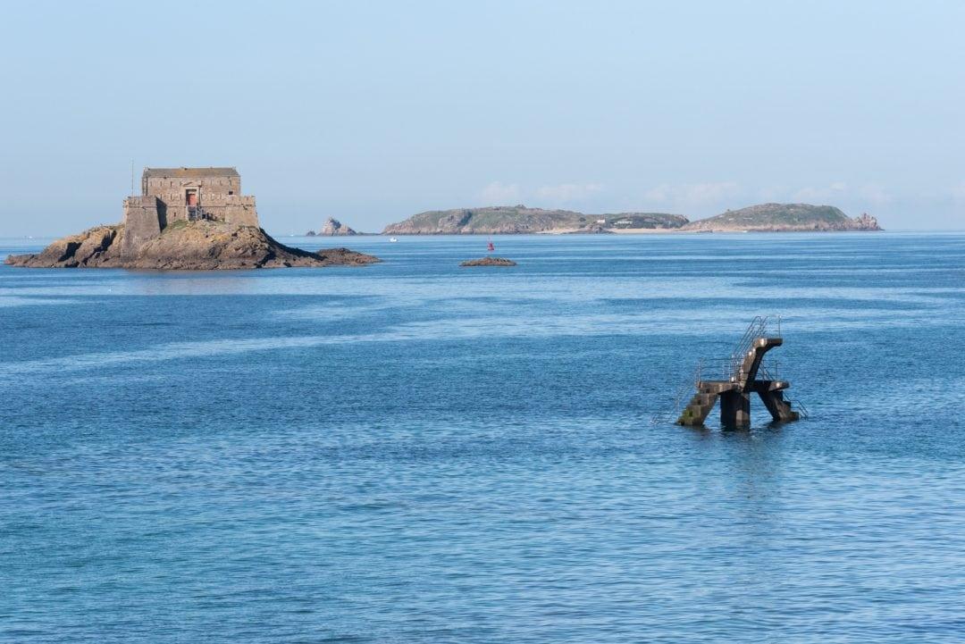 Vue sur l'îlot rocheux du Grand Bé depuis la plage de Bon Secours