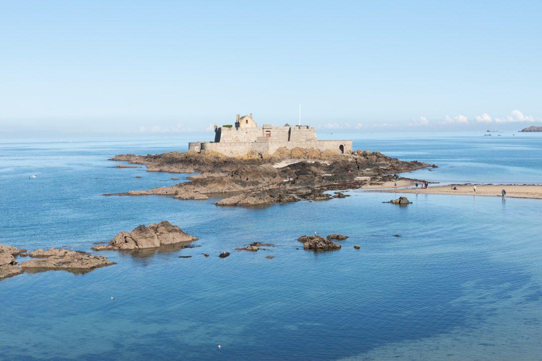 Vue sur le Fort National depuis la plage de l'Éventail à Saint-Malo
