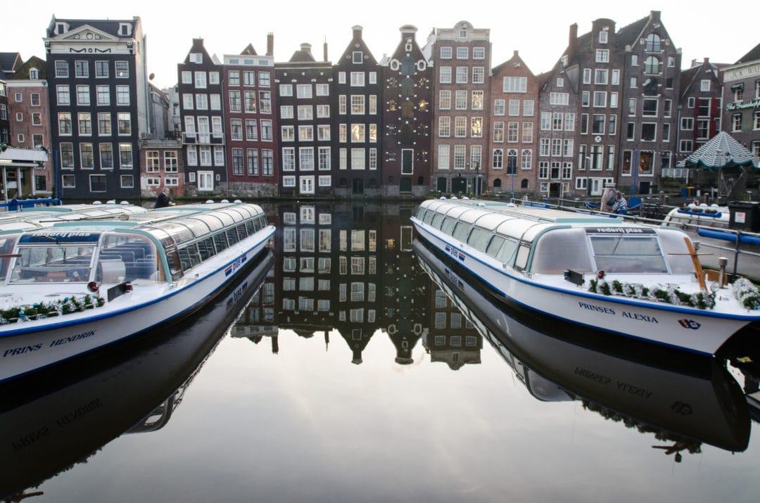 Bateaux sur les canaux d'Amsterdam